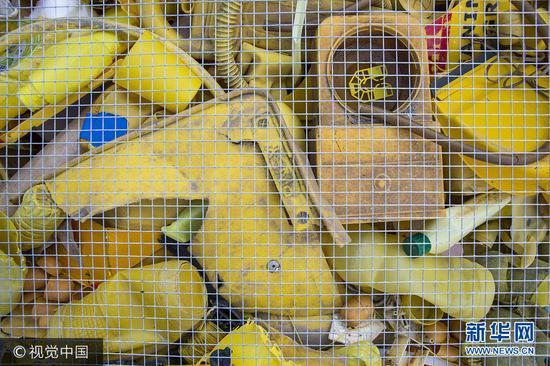 """西班牙艺术家泰晤士河中""""捡""""垃圾做展览作品"""