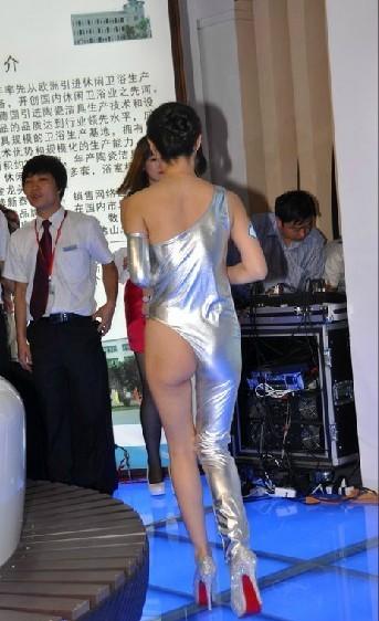 图为干露露亮相2012第十七届中国国际厨房,卫浴设施展览会