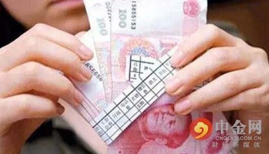 """""""参与沽空的国际投机资本的逻辑,是银行结售汇逆差环比扩大,可能源自中国对外投资额持续增加,其结果是外汇储备增速放缓,从而形成新的沽空人民币机会。""""一家香港银行外汇交易员向记者透露。整个7月20日当周,在这股沽空潮压力下,在岸市场美元兑人民币汇率从6.7450小幅下跌至6.77附近。"""