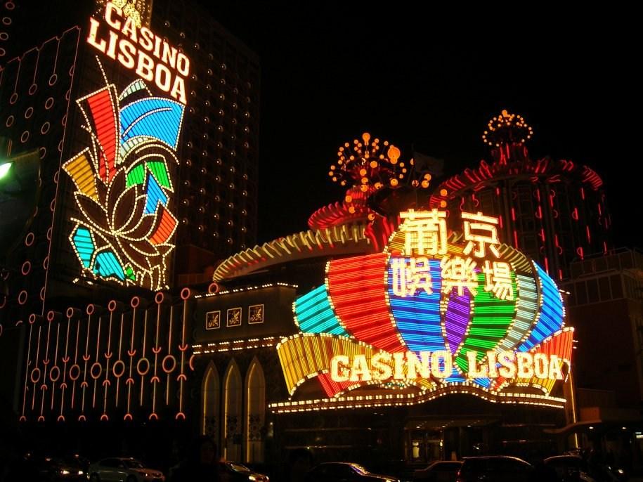 澳门的天际线的地标是新葡京娱乐场,其动态的,明亮的外观使皇冠