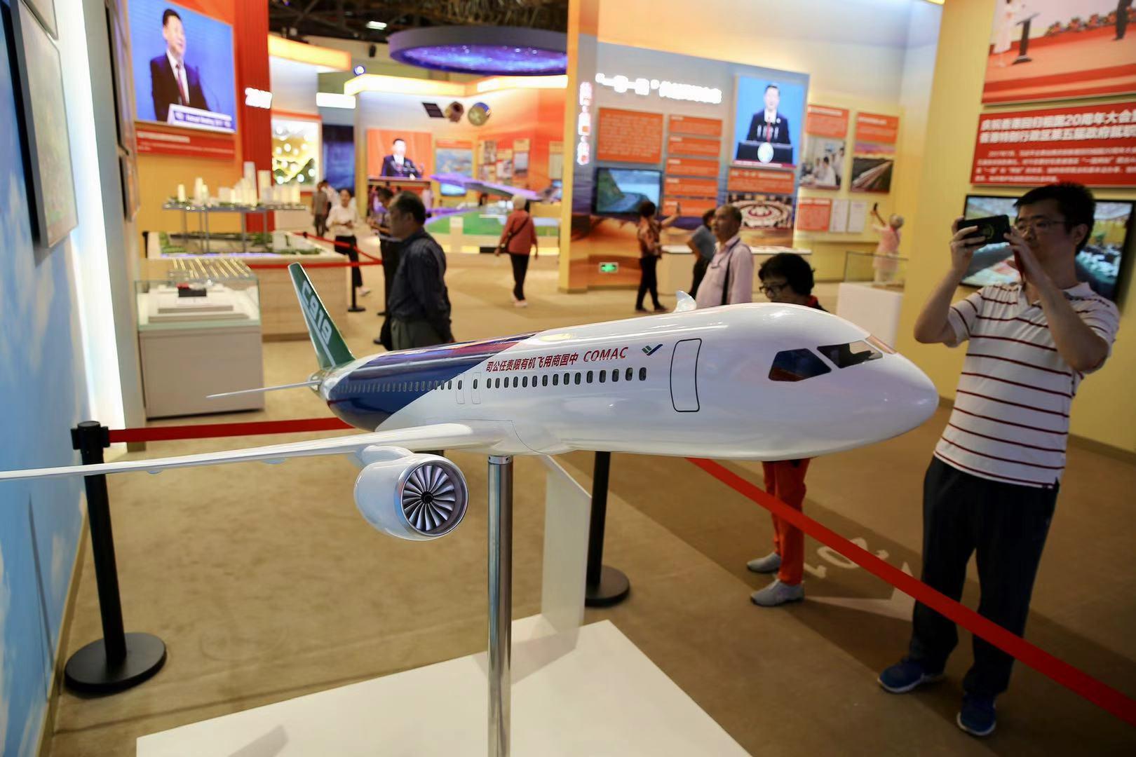 觀眾在參觀國産打飛機C919..jpg