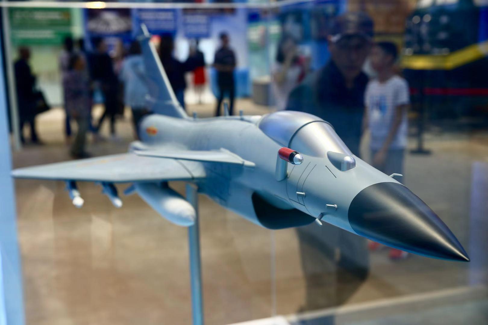 觀眾在參觀殲-10飛機模型。.jpg