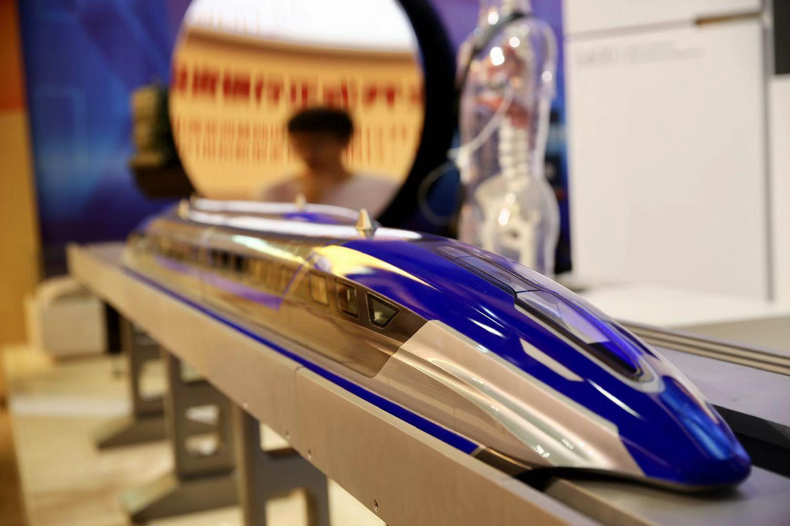 觀眾在觀看時速600公裏高速磁浮列車模型.jpg