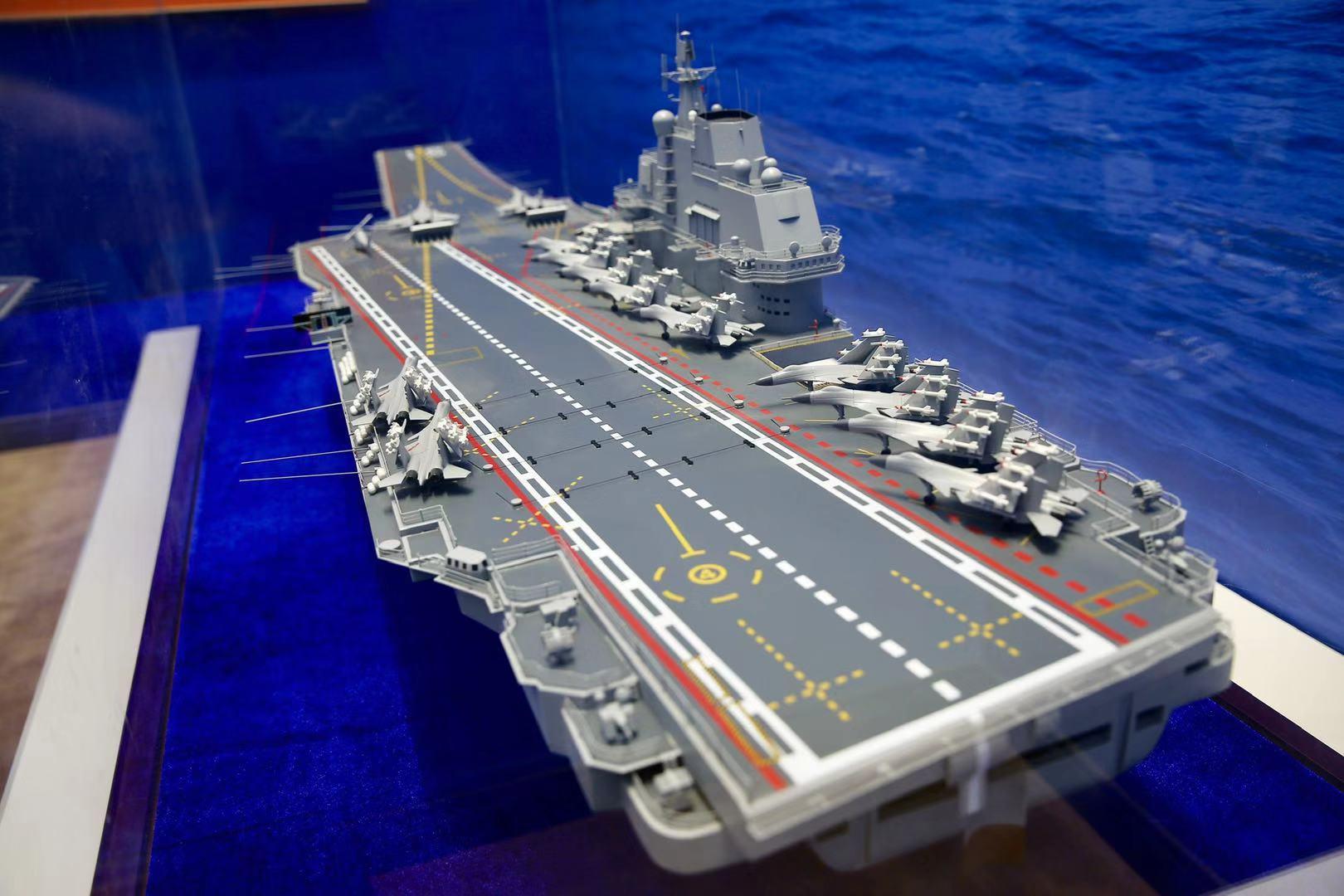 中國第一艘航空母艦遼寧艦模型.jpg